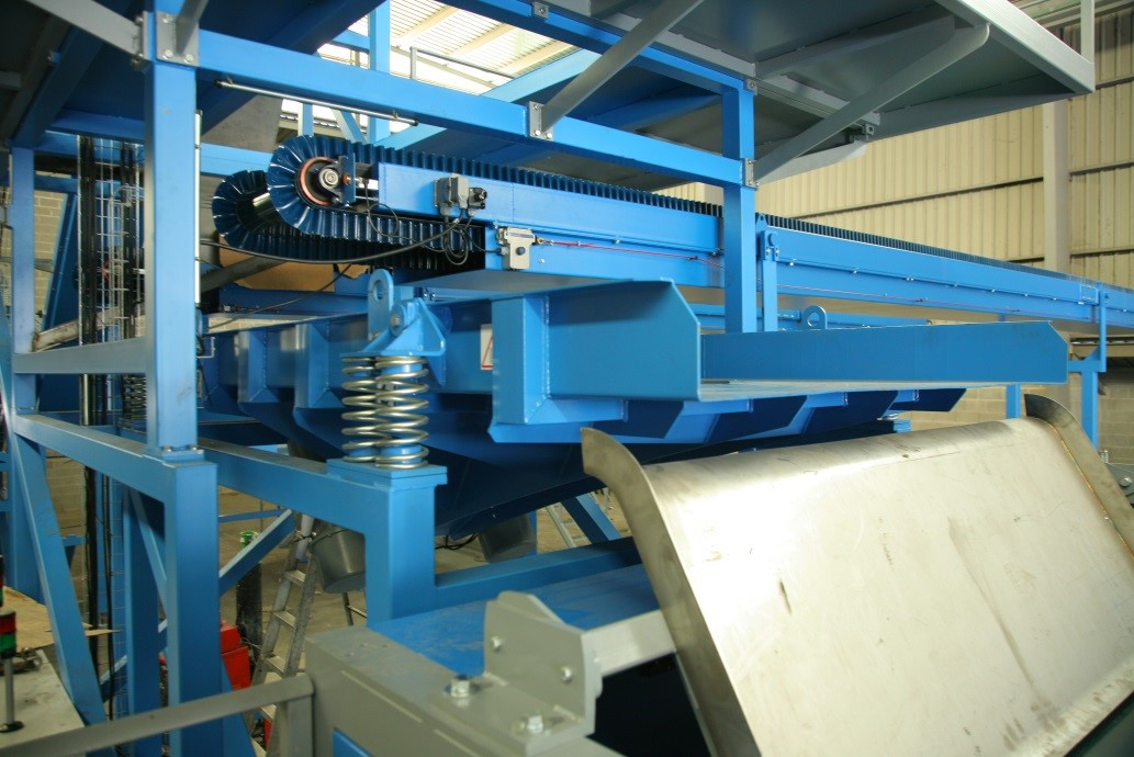 Vibrating conveyor as vibrating spreader